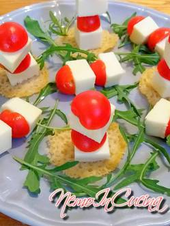 Mini spiedini di formaggio e pomodorini su cialda di grana2
