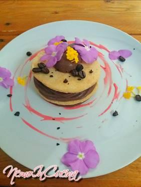 Dischi di sables con cremoso al cioccolato aromatizzato al rum su salsa ai frutti di bosco 3