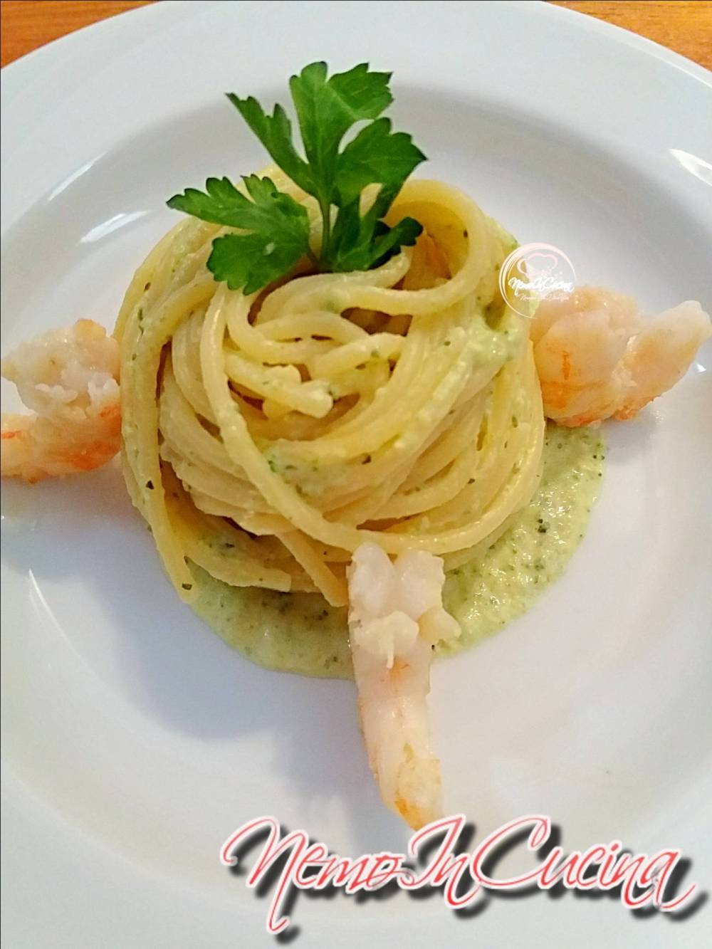 Spaghetti su crema di zucchine e gamberi